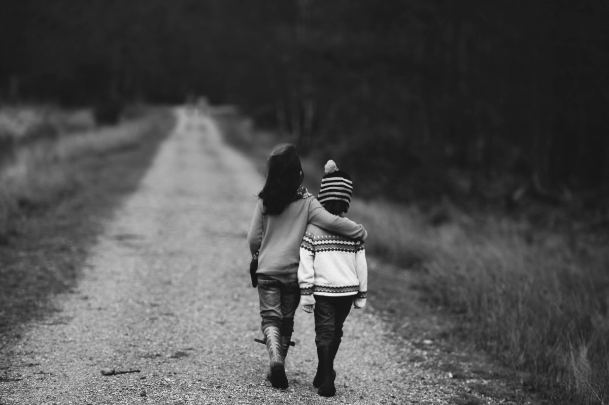 Bambini che camminano abbracciati