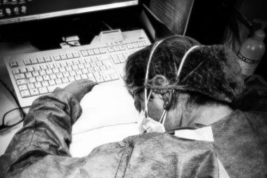Un'infermiera dell'ospedale riversa sulla tastiera del computer dopo un turno massacrante ai tempi del coronavirus