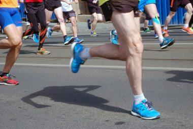 podisti durante una maratona
