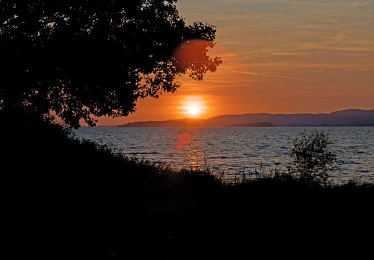 Uno scorcio del lago Trasimeno al tramonto