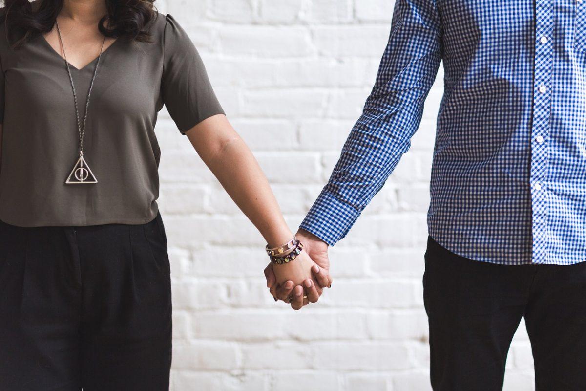 un uomo e una donna mano nella mano