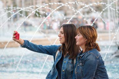 Due giovani donne che si fanno un selfie