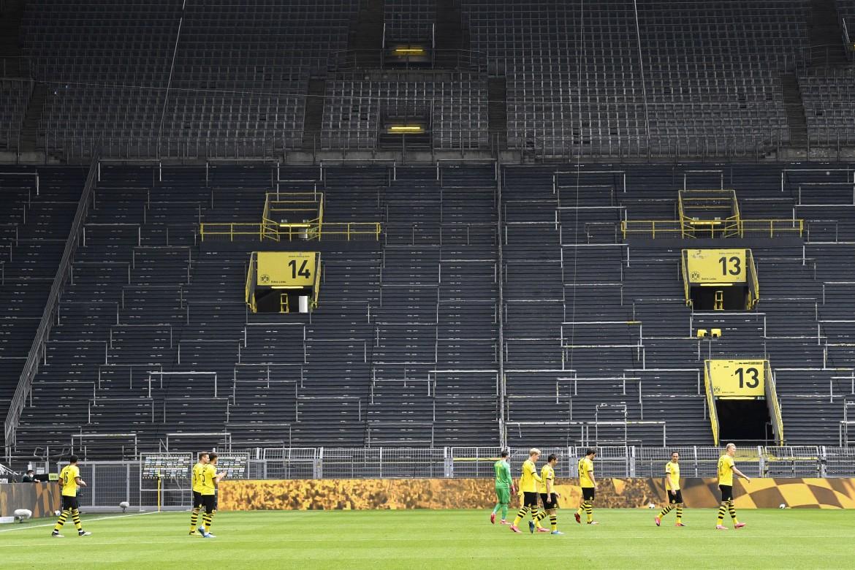 Lo stadio del Borussia Dortmund alla ripresa della Bundesliga dopo il blocco del coronavirus