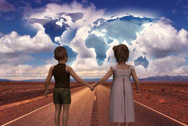 un bambino e una bambina si prendono per mano e si incamminano verso il futuro
