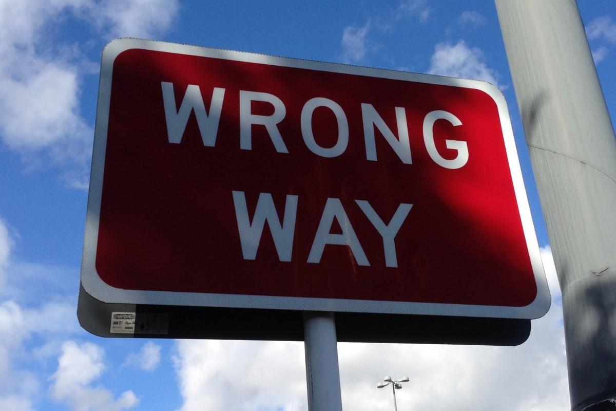 Un cartello che indica una strada sbagliata