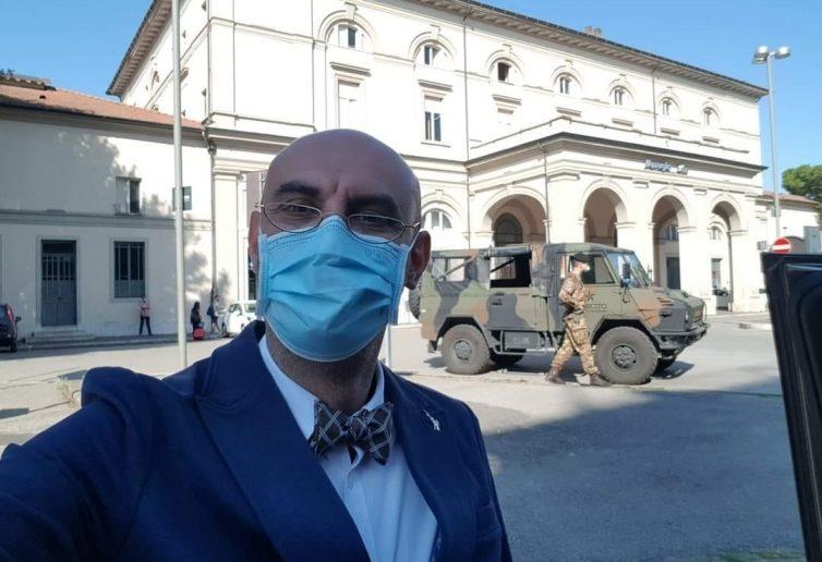 Il selfie del senatore Simone Pillone davanti alla stazione di Fontivegge presidiata dall'esercito