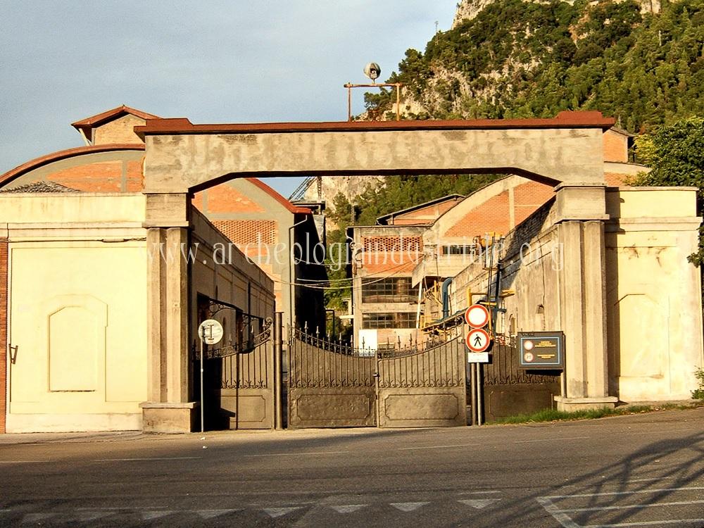 L'entrata dello stabilimento elettrochimico di Papigno, foto da archeologiaindustriale.org