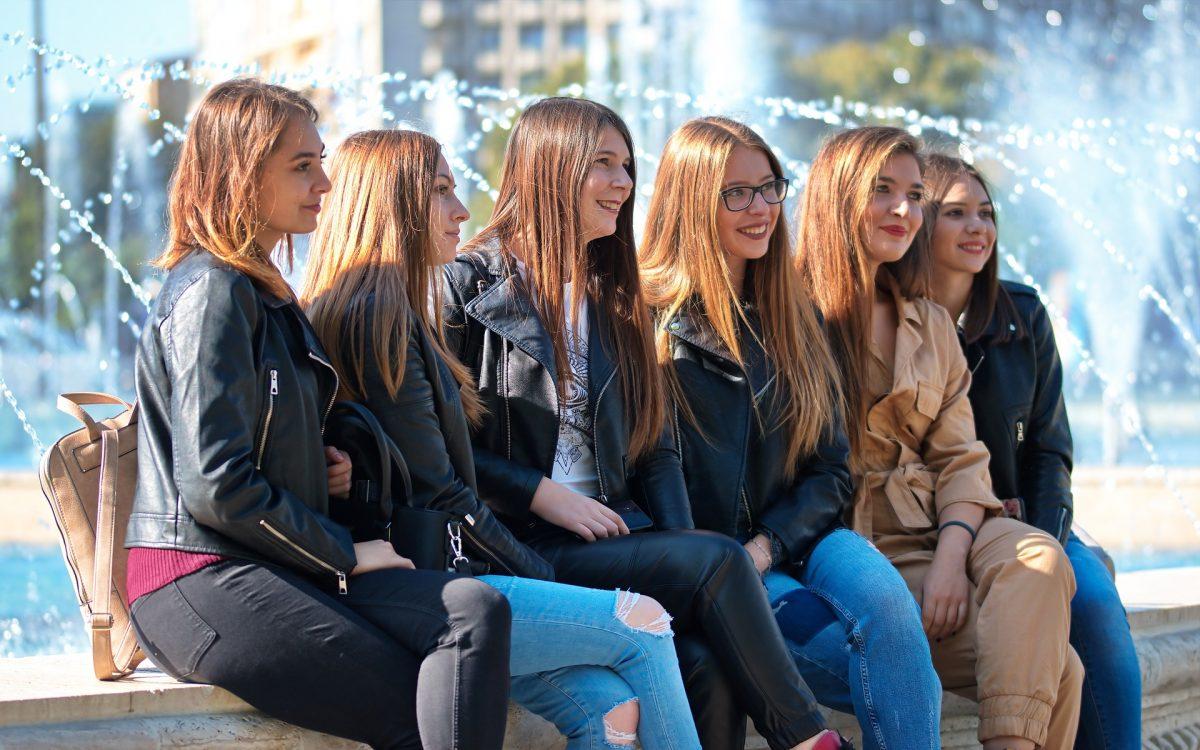 Sei giovani ragazze