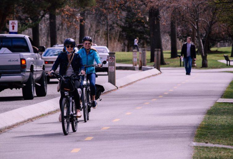 ciclisti in una pista ciclabile