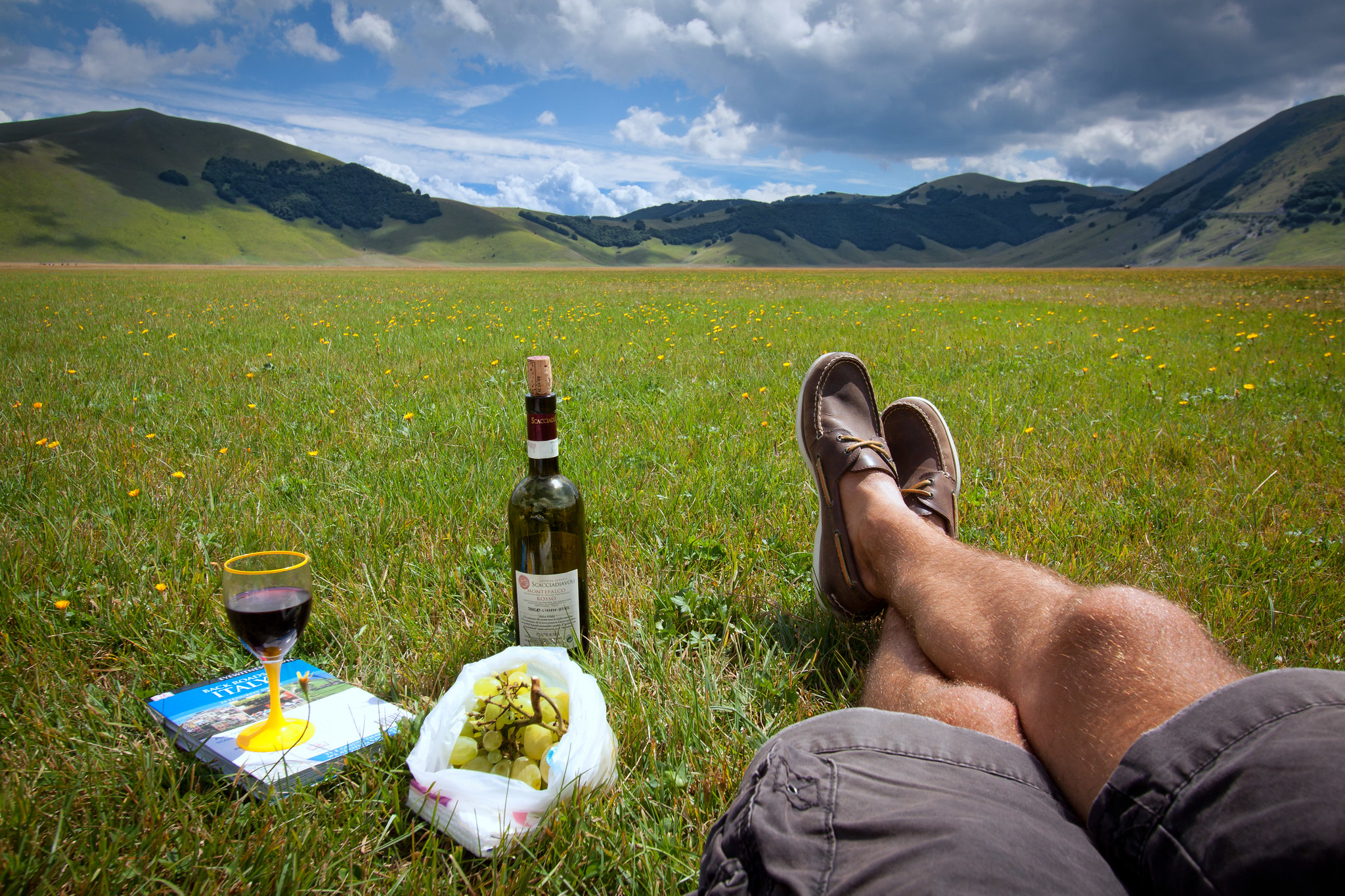 Un picnic sul prato a Castelluccio di Norcia