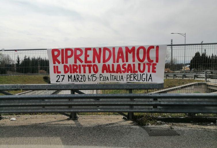 Uno striscione di Perugia solidale per una manifestazione