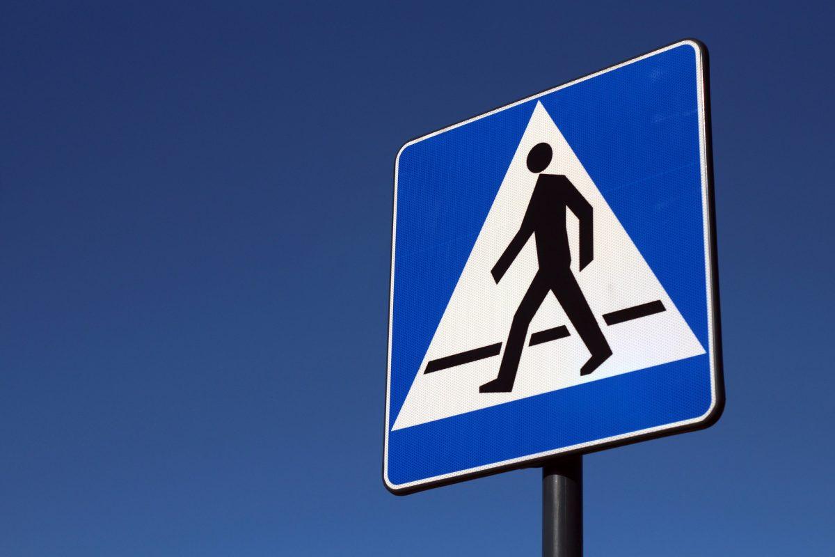 Un segnale stradale che indica una zona pedonale