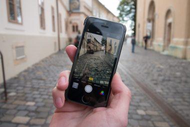 Foto con telefonino in città