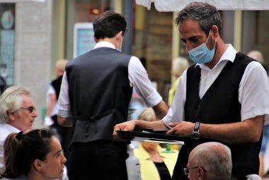 Un cameriere al lavoro