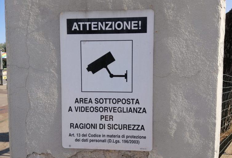 Cartello che annuncia la presenza di impianti di videosorveglianza