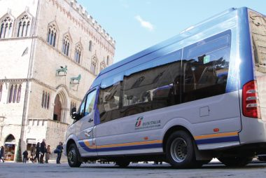 Un autobus di Busitalia in piazza IV Novembre