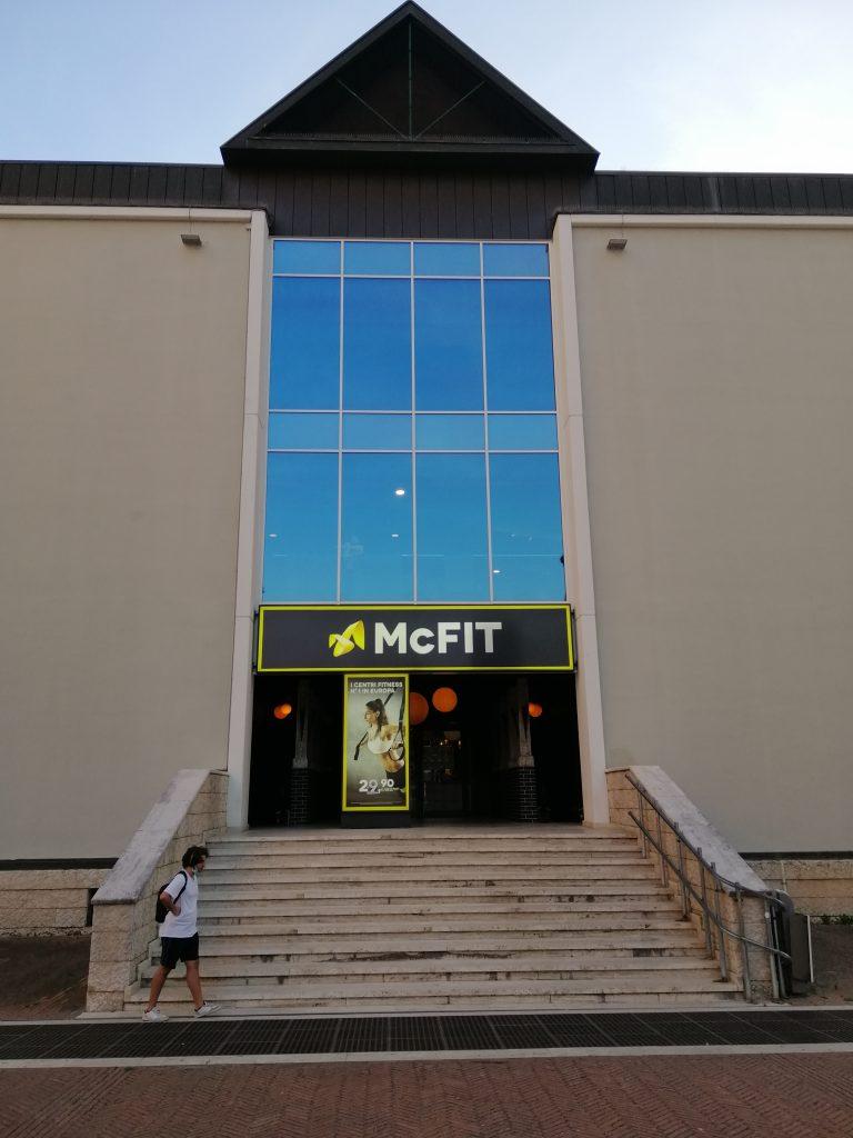 L'ingresso della palestra Mc Fit in piazza del Bacio a Perugia
